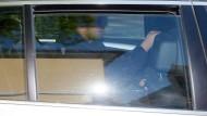 Sergej W. am Freitag nach seiner Verhaftung beim Abtransport im Polizeiauto