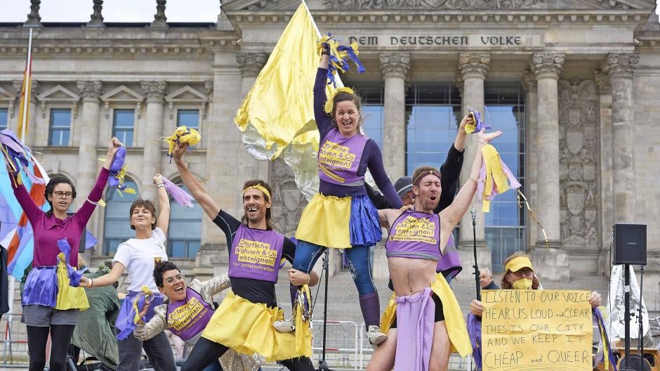 Aktiv vor dem Bundestag: Demonstranten der Initiative Volksentscheid Deutsche Wohnen & Co. enteignen