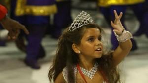 Siebenjährige Samba-Königin bricht weinend zusammen