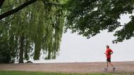 Wer in Hamburg joggt, ist wohl besser ohne Gewichtsweste unterwegs, wie dieser Mann am Stadtparksee.