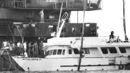 Das verunglückte Schiff musste später mit einem Kran aus dem Wasser gezogen werden.