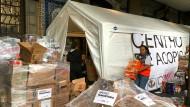 Hunderte Bürger kommen am Samstag zu einer Sammelstelle in Mexiko-Stadt, um Lebensmittel für die Opfer des Erdbebens zu spenden.