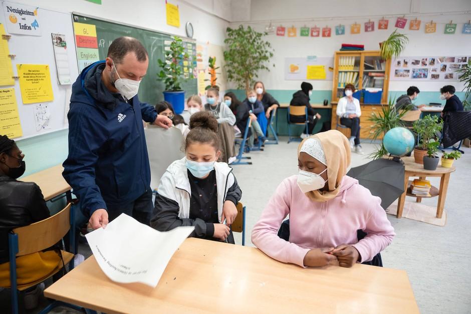 """""""Was wir vermisst haben"""": Klassenlehrer Mirko Bingula macht ein """"Schreibgespräch"""" mit seinen Schülern."""