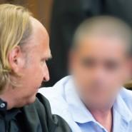 Der Angeklagte Alfredo S. (rechts) sitzt in einem Sitzungssaal des Hamburger Landgerichts  und spricht vor der Urteilsbverkündung mit seinem Anwalt Tim Burkert.