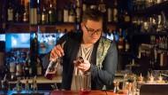 """Robust, aber nicht zu stark: Sven Riebel aus der Frankfurter Bar """"The Tiny Cup"""" mixt seine Negroni-Variante."""