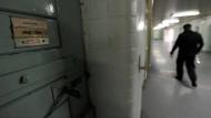 Ein Beamter der Justizvollzugsanstalt Tegel beim Gang durch einen Zellentrakt (Archivbild)