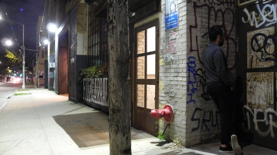 """Hinter dieser Stahltür im New Yorker Bezirk Brooklyn verbirgt sich die Bar """"Threesome Tollbooth""""."""