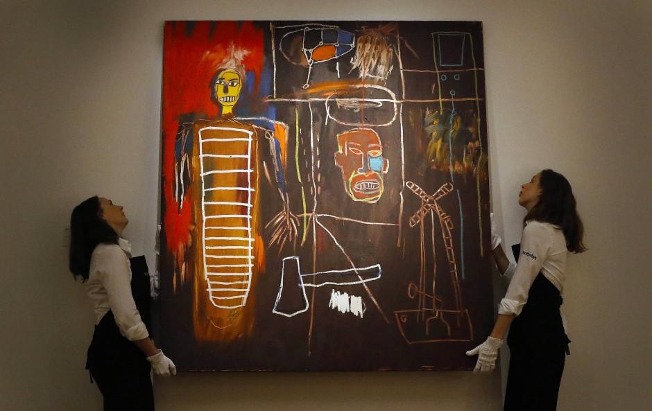 """Zwei Sotheby's-Angestellte hängen das im Juli das Bild """"Air Power"""" auf – jetzt wurde es für acht Millionen Euro verkauft."""