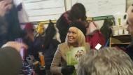 Pamela Anderson im Januar 2017 in einer Flüchtlingsunterkunft in Nordfrankreich. In der Hand hält sie Materialien der radikalen Tierschutzorganisation Peta.