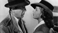"""Jeder Regenmantel hat mit einer Geschichte der Grenze zu tun: Humphrey Bogart versucht beim Abschied von Ingrid Bergman in """"Casablanca"""" immerhin im Trenchcoat trocken zu bleiben."""