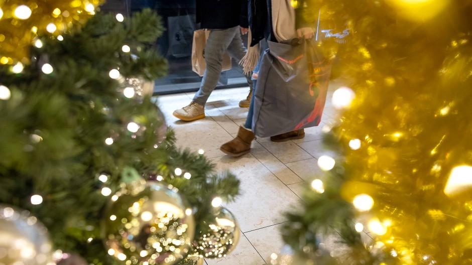 Zu viele Menschen und keine Ideen: Vor Weihnachten in einem Shoppingcenter