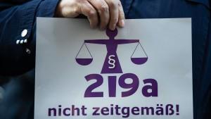 Zwei Ärztinnen nach Reform von Paragraf 219a verurteilt