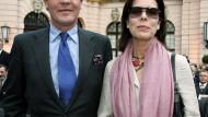 Seine Ehre will Ernst August unter anderem mit Hilfe seiner Frau Caroline zurückgewinnen