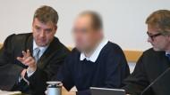 Der angeklagte Kinderarzt im November im Gerichtssaal in Augsburg zwischen seinen Anwälten.