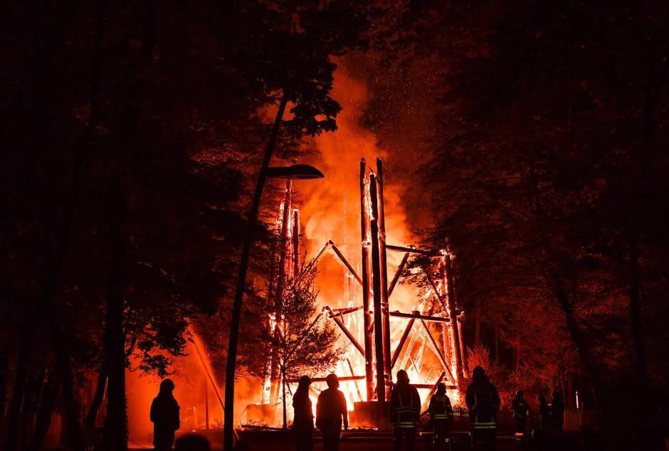 """""""Der Turm er brannte lichterloh – bis auf den Grund so schnell wie Stroh"""": Der Aussichtsturm am Donnerstag in Flammen"""