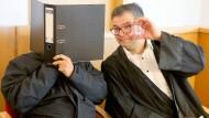 Der Angeklagte mit seinem Anwalt vor dem Amtsgericht Rostock. Er muss nicht in Haft.