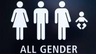 Beim DFB-Pokalfinale soll es geschlechtsneutrale Toiletten, wie diese am Flughafen in San Diego, geben. (Archivbild)