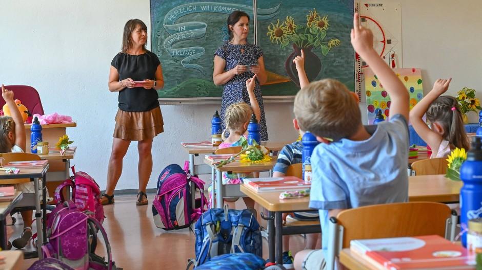 In der Grundschule sind Mädchen oft besser – warum werden sie später so selten Chefinnen? (Bild von einer Einschulung in Frankfurt Oder)