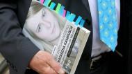 """Der Autor Peter Reichard vor dem Landgericht Köln mit seinem Buch """"Der Entführungsfall Natascha Kampusch – Die ganze beschämende Wahrheit"""". Das Buch bleibt erlaubt."""