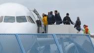 Abgelehnte Asylbewerber steigen im Februar 2015 am Baden-Airport in Rheinmünster (Baden-Württemberg) im Rahmen einer landesweiten Sammelabschiebung in ein Flugzeug.