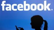 Ein Lehrer hat seine Schülerin wegen eines Facebook-Eintrags vor Gericht gebracht.