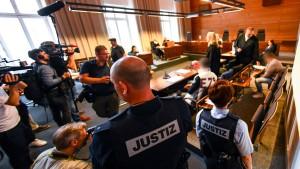 Lange Haftstrafen für Mutter und Lebensgefährten