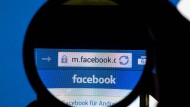 Der Facebook-Schriftzug ist auf einem Handy zu sehen, aufgenommen am 11.12.2016 in München. Das Unternehmen hatte ein Urteil angefochten, nachdem es Eltern eines verstorbenen Kindes Zugang zu dessen Konto verschaffen müsste.