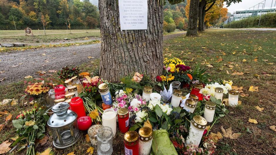 Blumen und Kerzen erinnern an die ermordete Medizinstudentin in Freiburg. Der mutmaßliche Täter wurde jetzt gefasst; sein Umfeld wird untersucht.