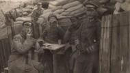 Den Alltag in den Schützengräben des Ersten Weltkriegs sehen wir auf Fotos, den Geruch können wir meistens nur ahnen: Deutsche Offiziere in Belgien 1917.