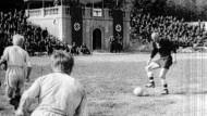 """Helden werden geboren: Nur zwei Bilder sind vom """"Todesspiel"""" im Jahr 1942 bekannt."""