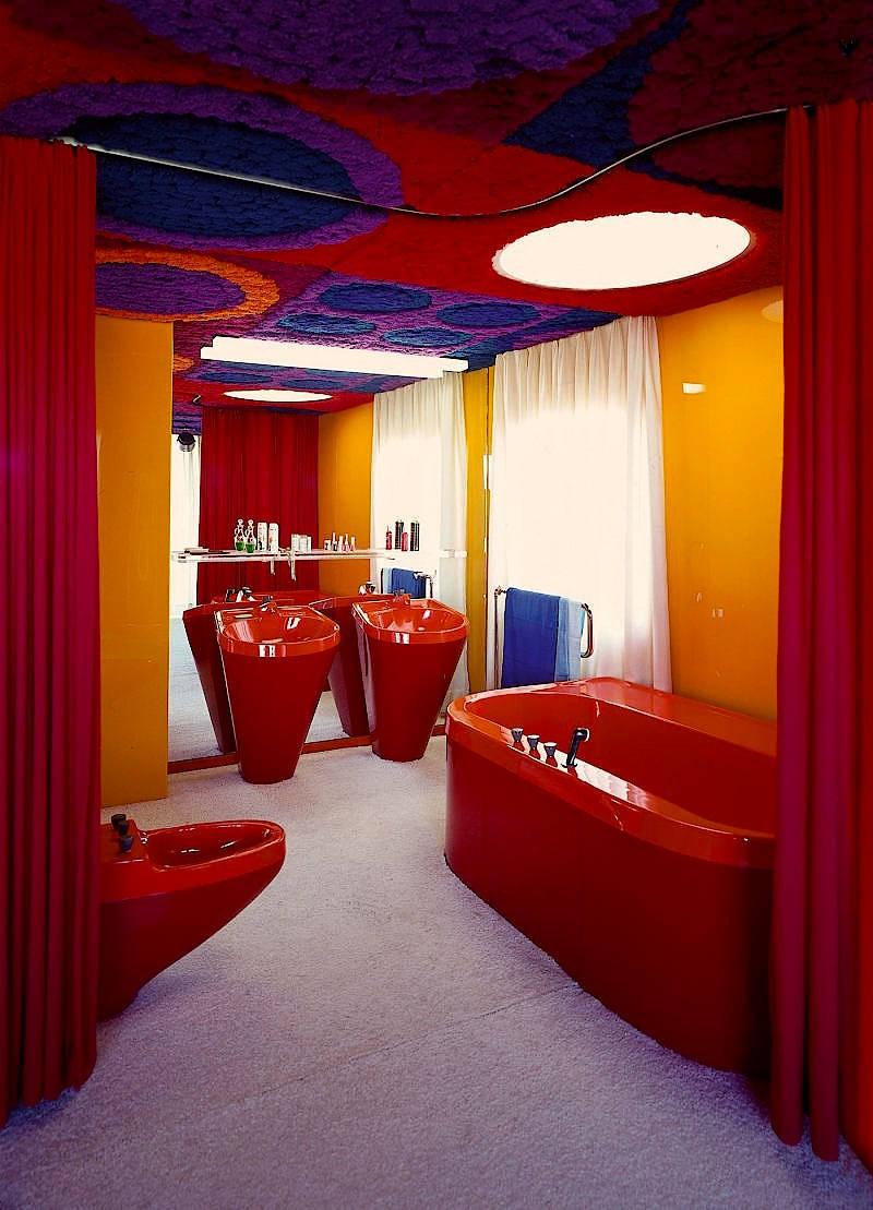 Nur durch einen Frotteevorhang vom Wohnraum getrennt: Das Badezimmer des fg2000-Prototypen.