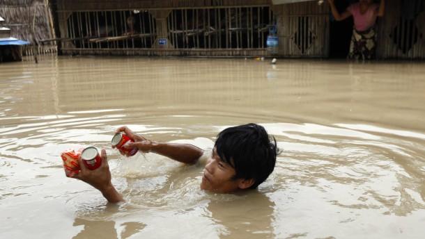 Mindestens 100 Menschen sterben bei Überschwemmungen