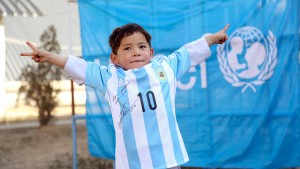 Messi schickt signierte Trikots