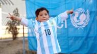 Siegerpose: Der kleine Murtasa im signierten Messi-Trikot