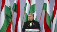 Viktor Orbán, Ministerpräsident von Ungarn, hält am 15. März in Budapest vor dem Parlamentsgebäude eine Rede zum 170. Jahrestag der Ungarischen Revolution.