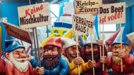 """""""Das Beet ist voll"""": Der Motivwagen """"Wut-Zwergenaufstand"""" steht am Dienstag in Mainz in einer Halle des Mainzer Carneval-Vereins. Die Karnevalisten nehmen damit die AfD und rechtsnationale Gruppierungen aufs Korn."""