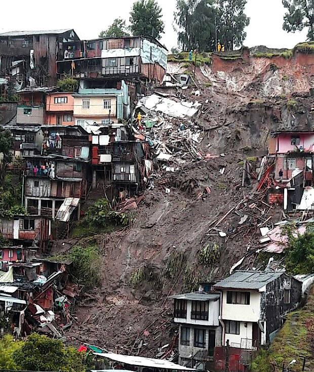 Blick auf einen Hang der Stadt Manizales nach dem verheerenden Erdrutsch