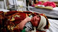 Ein Neugeborenes liegt im Juli 2017 in einem Krankenhaus im indischen Bhopal.