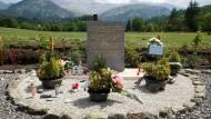Ein Gedenkstein in den französischen Alpen erinnert an den Flugzeugabsturz vor zwei Jahren. Der Kopilot hatte ihn absichtlich herbeigeführt.