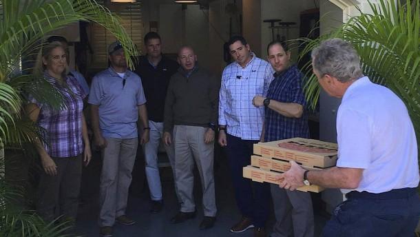 Bush bringt seinen Leibwächtern Pizza