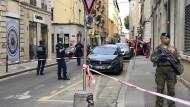 Polizisten haben die Straßen im Stadtzentrum von Lyon abgesperrt, wo die Bombe am Freitag explodierte.