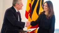 Bundespräsident Joachim Gauck verleiht am Mittwoch im Schloss Bellevue den Verdienstorden der Bundesrepublik Deutschland an die Moderatorin Nazan Eckes.