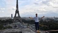 Hochseilkünstler balanciert vom Eiffelturm aus über die Seine