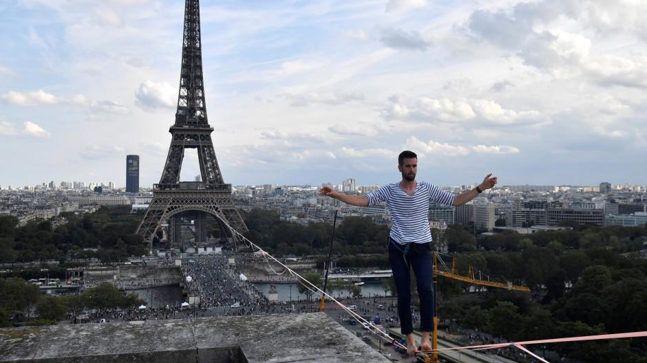Über den Dächern von Paris: Nathan Paulin balanciert in mehr als 60 Metern Höhe.