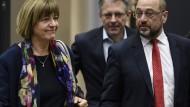 Die SPD-Politikerin Ulla Schmidt mit dem Parteivorsitzenden Martin Schulz – sie und andere Parteimitglieder fordern ein Abrücken vom kategorischen Nein zur Neuauflage einer großen Koalition.