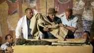 Medienwirksam: Zahi Hawass (Mitte) 2007 an der Mumie Tutanchamuns