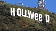 Der berühmte Hollywood-Schriftzug ist am 1. Januar 2017 in Los Angeles zu sehen, nachdem er in der Neujahrsnacht zu «HOLLYWeeD» verfremdet wurde.