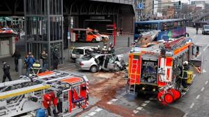 Auto rast am Hamburger Hafen gegen Bus