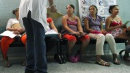 Schwangere in Kolumbien lassen sich auf das Zika-Virus untersuchen.