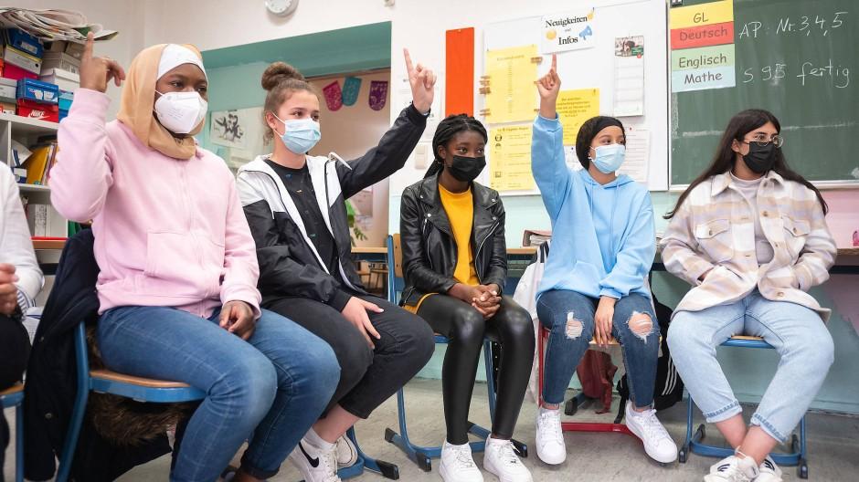 Im Stuhlkreis: Schülerinnen einer siebten Klasse in Frankfurt haben zum ersten Mal nach Monaten wieder gemeinsam Präsenzunterricht bei ihrem Klassenlehrer.